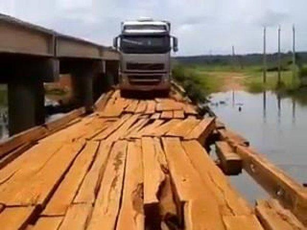 Caminhoneiros atravessando ponte de madeira, que perigo gente!
