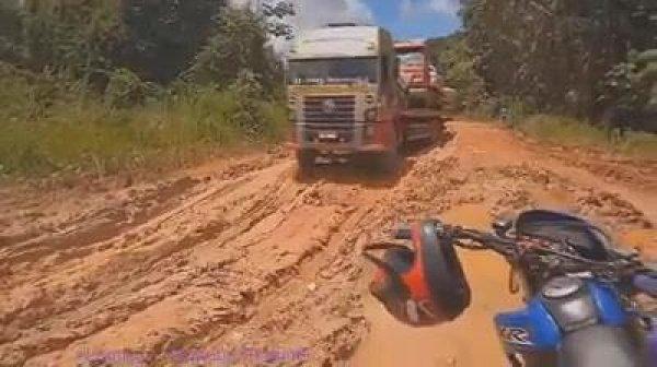 Caminhoneiros enfrentam estradas de terras e muito barros, olha que perigo!