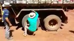 Video de carro com nova técnica de dar tranco, o brasileiro da jeito para tudo!