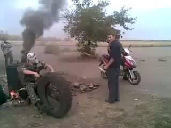 Como fazer uma moto muito monstro andar hahaha, quanta criatividade!