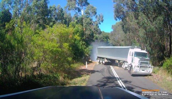 Acidente com arvore caída no asfalto, veja a velocidade que estava o caminhão!