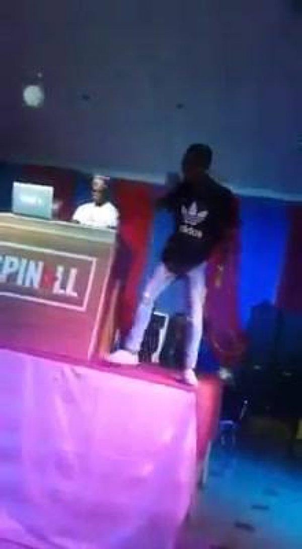Cantor caindo de cima do palco, uma falha que poderia ser evitada hahaha!