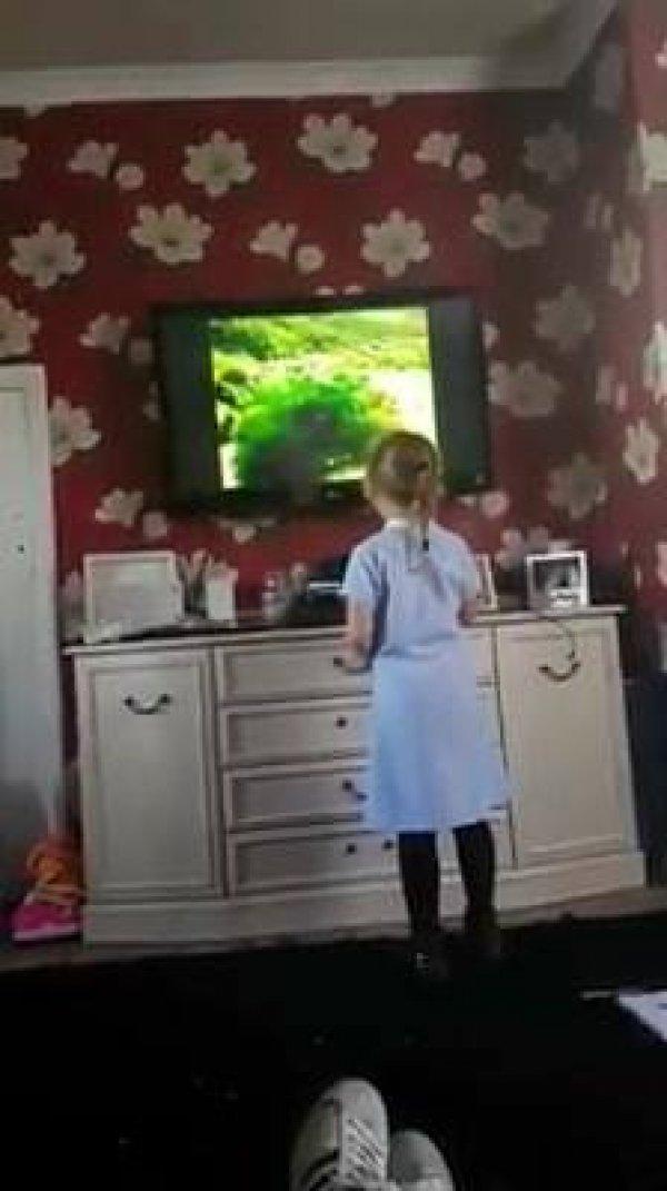 Criança levando susto com imagem na televisão, a coitada saiu correndo hahaha!