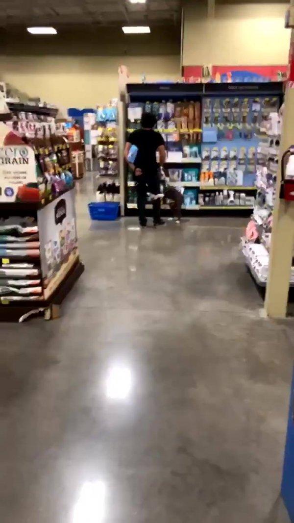 Cachorro abraçado com a perna do dono em supermercado, que lindo!