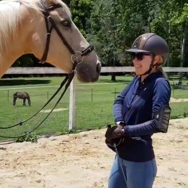 Cavalo dando beijo no rosto de mulher, olha que carinho ele tem por ela!
