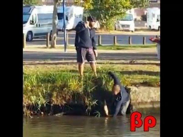 Olha o baile que esse peixe deu nesses pescadores, também, olha o tamanho!