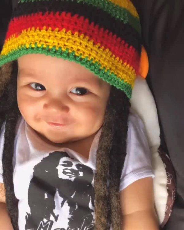 Bebê com cabelo e touca baseada em um cantor de Reggae!