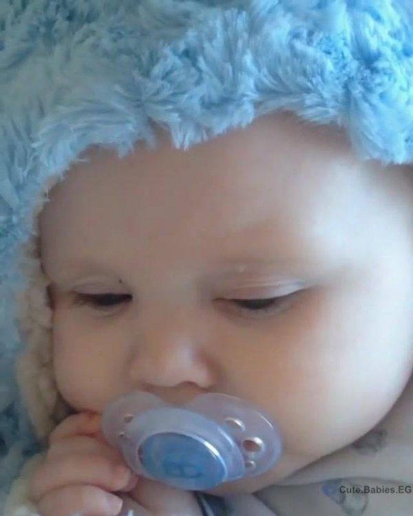 Bebê com mantinha azul super fofo, impossível não se apaixonar!!!