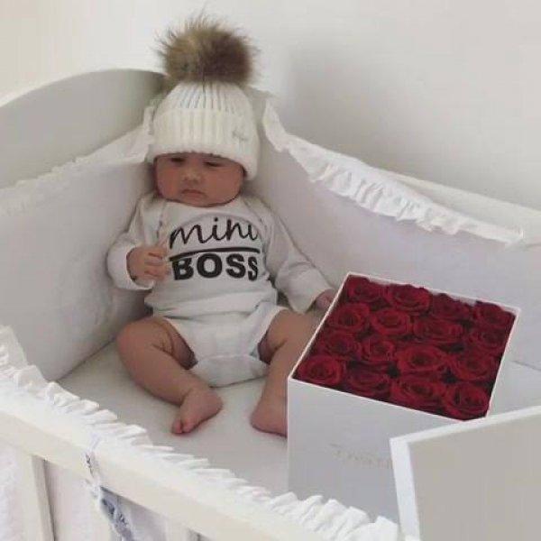 Bebê com pompom na cabeça, veja que imagem linda de bebê!