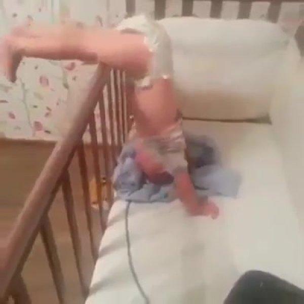 Bebê com técnica própria para sair do seu berço e ir para o berço da irmã!