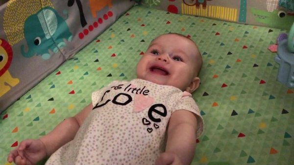 Bebê dando risadas, é muita fofura envolvida neste video!