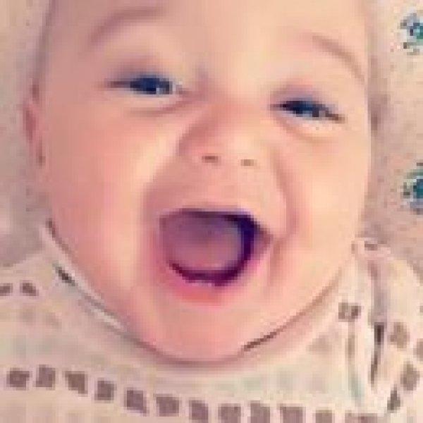 Bebê dando risadinhas, olha só estes dentinhos gente, encantador!!!