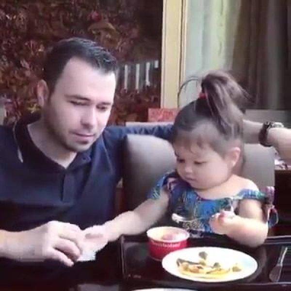 Bebê dando sorvetinho para o papai, olha só como é lindinha!!!
