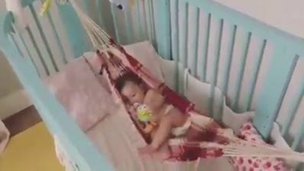 Bebê em rede de berço, olha só como ela gosta, compartilhe com as mamães!!!
