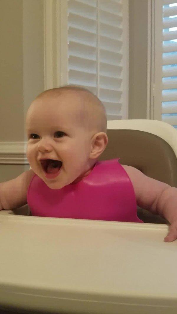 Bebê experimentando alimento picante, cara de quem esta mais ou menos gostando!