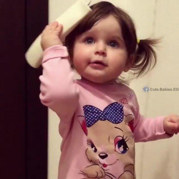Bebê falando no telefone, veja como ela é lindinha, que fofura!!!