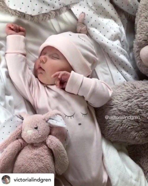 Bebê fofo acabando de acordar, as imagens a seguir são fofas demais!