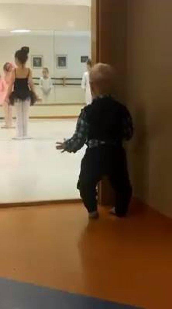 Bebê imitando sua irmã dançar balé, que fofinho gente!!!