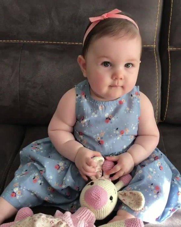 Bebê linda dando risada contagiante, ela é uma fofura!