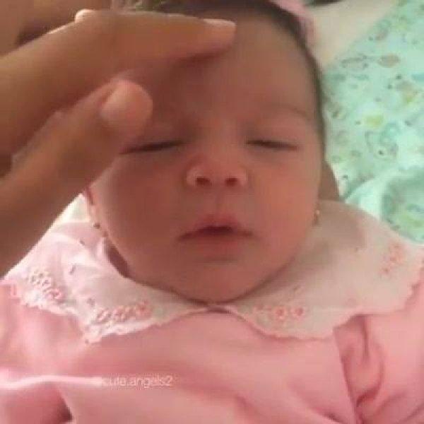 Bebê linda dando sorriso após ganhar carinho no rosto, confira!