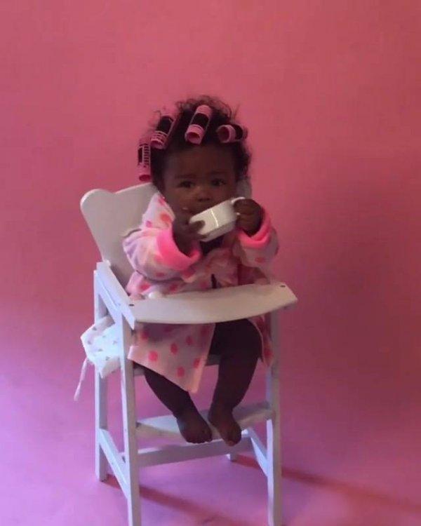 Bebê linda em ensaio fotográfico, ela parece uma boneca de tão fofa!!!
