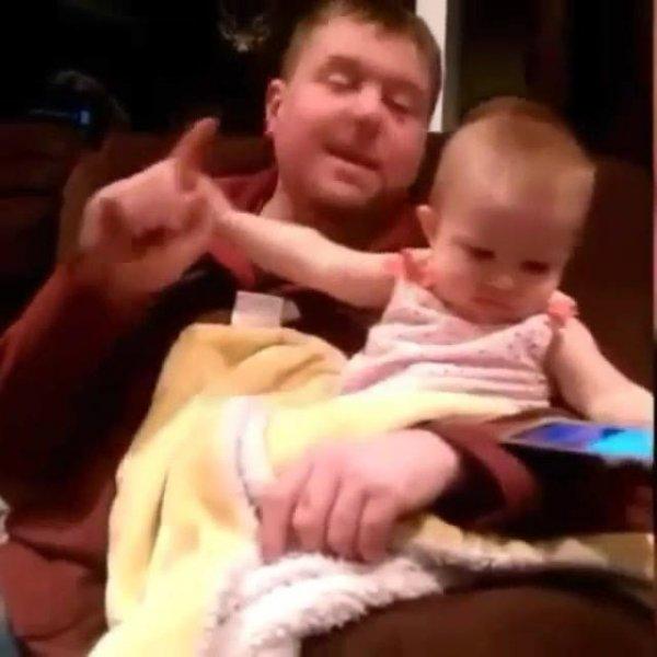 Bebê não deixa papai mexer no celular, imagina quando ela crescer!!!
