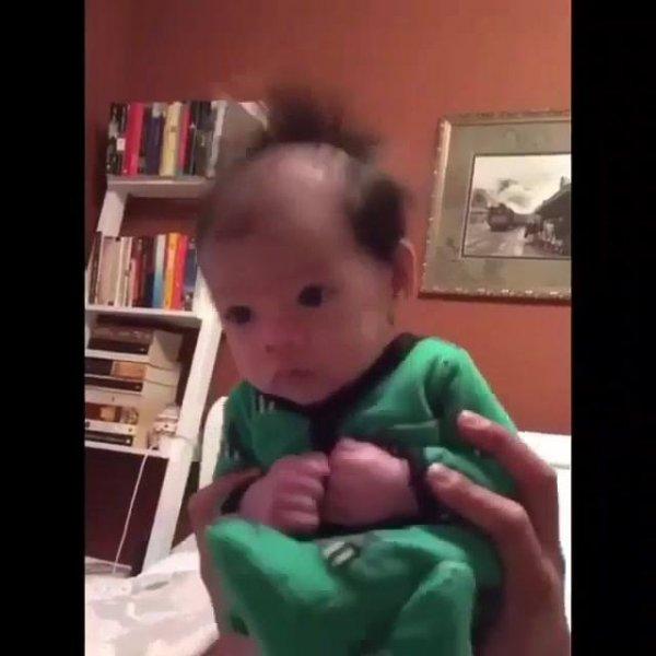 Bebê sentadinho escutando a conversa do papai, o que será ele esta falando?