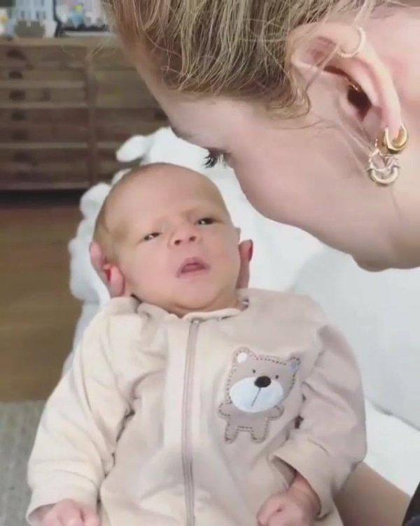 Bebê tão lindo que parece de mentira, vija que fofura!