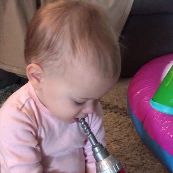 Bebês e as coisas mais engraçadas, até carrinho de supermercado eles mordem!