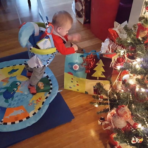 Bebês e os presentes de Natal, cada reação engraçada hahaha!