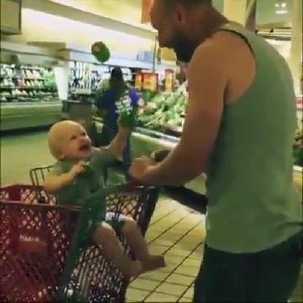 Bebês imitando os papais, essas cenas são incríveis, confira!
