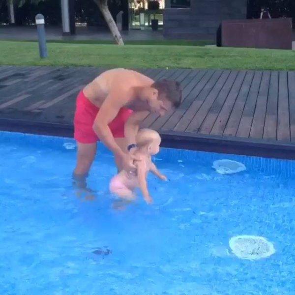 Bebêzinha aprendendo a nadar com papai, olha só que vídeo mais lindo!!!
