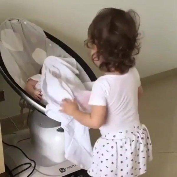 Criança cobrindo o irmão bebê, quase sufocou ele, mas ele passa bem hahaha!