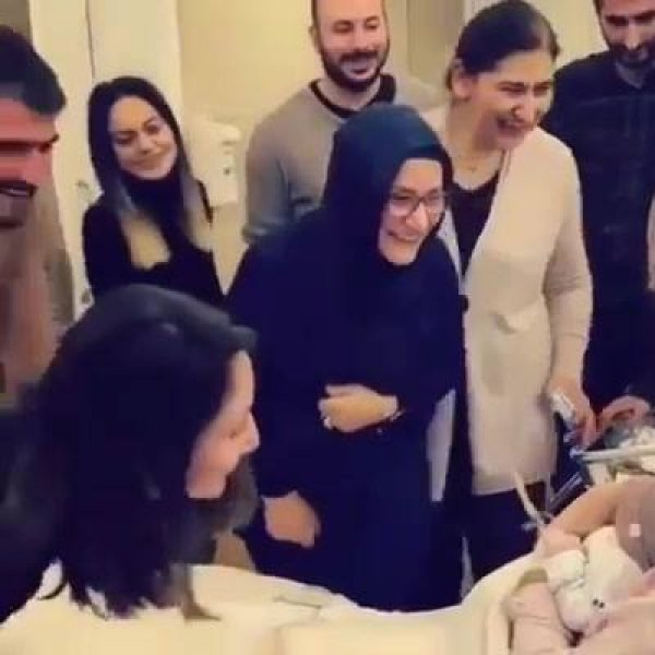 Família indo ao quarto conhecer o bebê recém chegado no mundo!