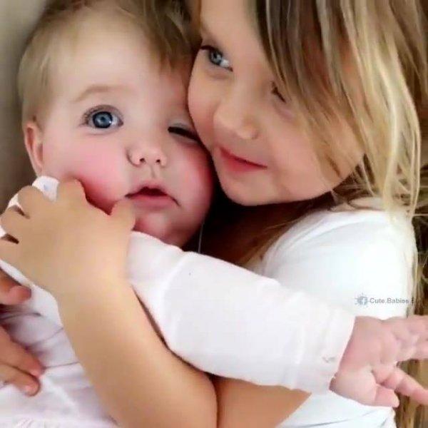 Menina criança cuidando de seu irmão bebê, que fofura essa dupla!
