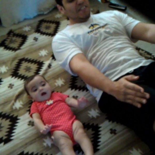 Momentos únicos entre bebê e papai, que coisa mais linda!