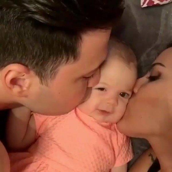 Papai e mamãe dando amor e carinho para o bebê, que fofura!