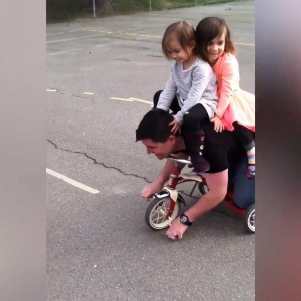 Papais brincando com bebês, e algumas vezes até salvando eles hahaha!