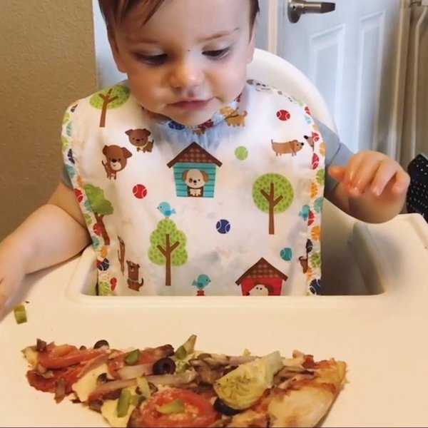 Pizza resolve o problema de todo mundo, inclusive de bebês hahaha!