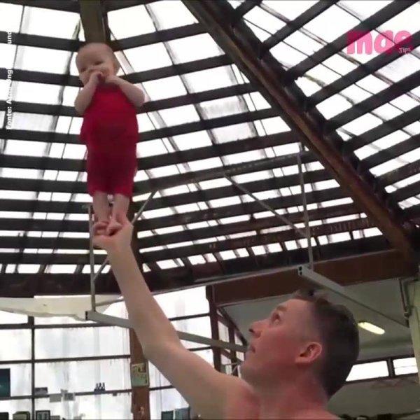 Professor ensina bebês de apenas 3 meses de idade a ficar em pé!