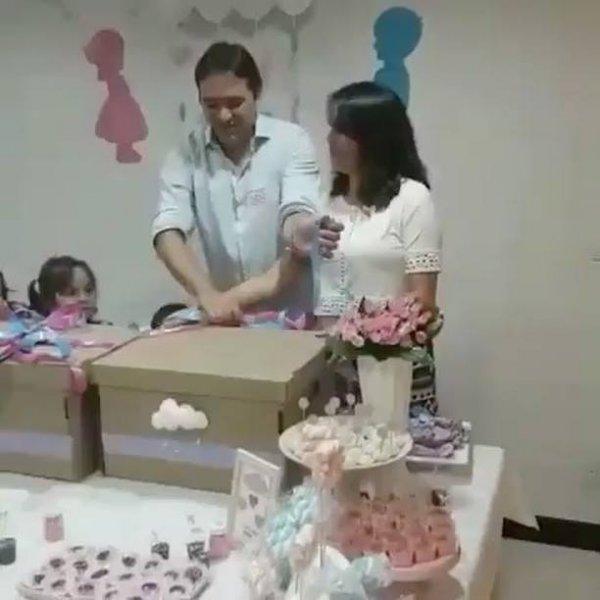 Revelação do sexo do bebê para a mamãe de trigêmeos, veja que lindo!!!