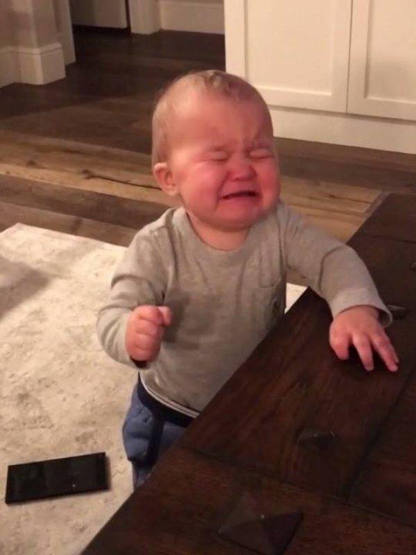 Vídeo com bebê que chora ao entregar o controle remoto pro papai hahaha!!!
