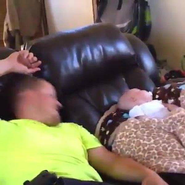 Vídeo com os papais mais engraçados cuidando de seus bebês!!!