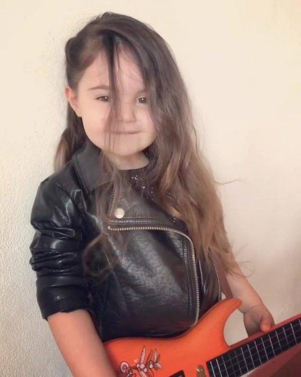 A cantora mais linda e fofa que você vai ver hoje, que gracinha!