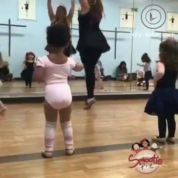 Aula de balé para bebês, veja quanta fofura reunida para aprender!