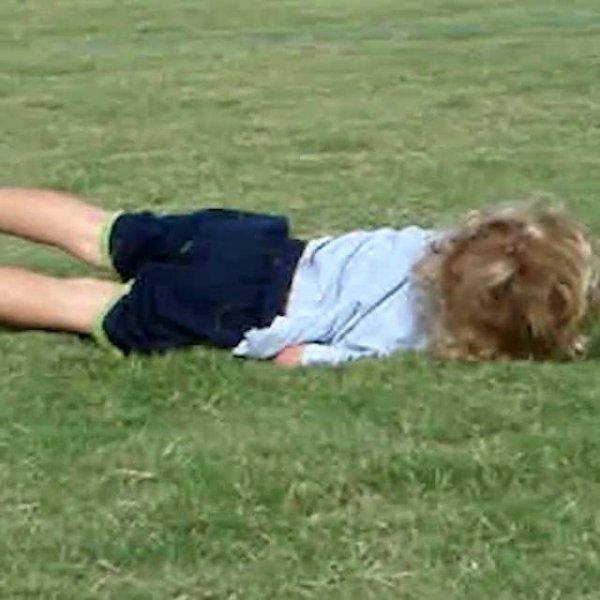 Cenas engraçadas de crianças jogando futebol, ou pelo menos tentando!