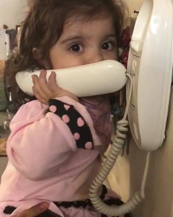 Criança aprendendo a falar no telefone, ela é muito fofa!