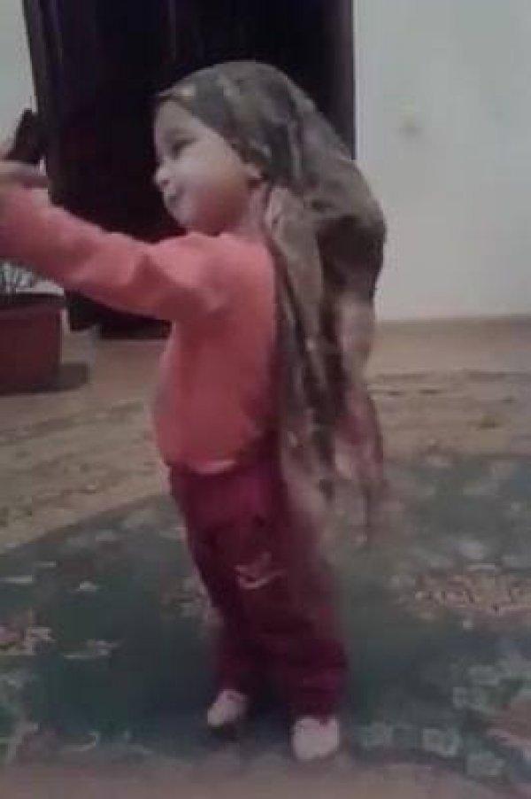 Criança brincando de fazer selfie, ela é uma fofura, confira!