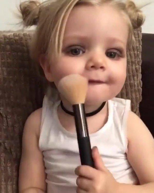 Criança brincando de se maquiar, quem nunca fez isso quando criança?