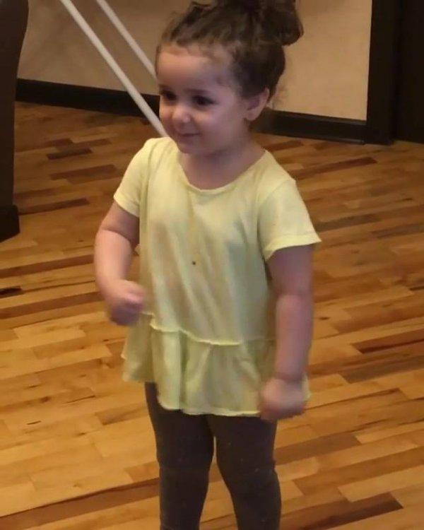Criança cantando musica com gestos, fica cada vez mais rápido!